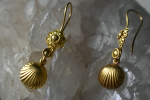 22k gold daisy earrings